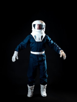 O astronauta está flutuando sem gravidade. o herói da história de ficção científica é um pioneiro da exploração espacial. um jovem em um traje espacial