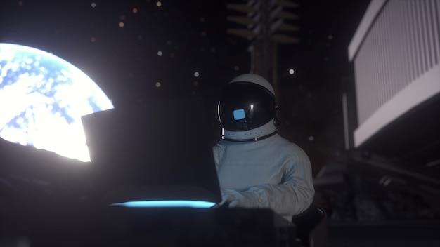 O astronauta trabalha em seu laptop de ciências em uma colônia espacial na lua. renderização 3d