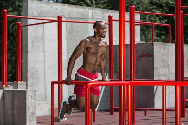 O atleta em forma fazendo exercícios no estádio
