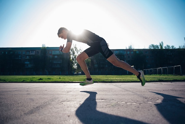 O atleta na esteira corre desde o início