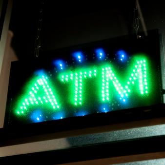 O atm do close-up assina dentro luzes de néon