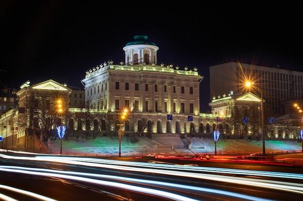O atual proprietário do palácio é a biblioteca estatal russa. paisagem noturna da cidade no inverno