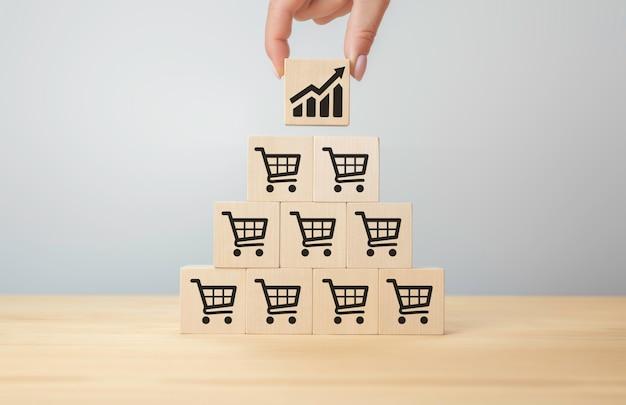 O aumento do volume de vendas faz o negócio crescer. cubo vira com gráfico de ícone e símbolo de carrinho de compras