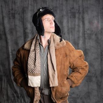 O aviador de estilo retro sonhador com um chapéu voador e óculos de proteção