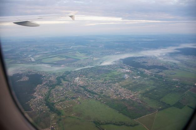 O avião de passageiros decolou sobre kiev pela manhã