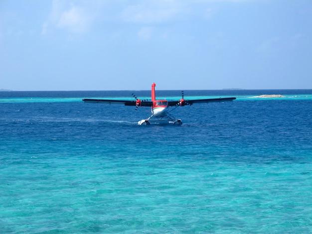 O avião em male, maldivas, oceano índico