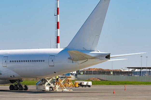 O avião está estacionado perto do portão do terminal do aeroporto