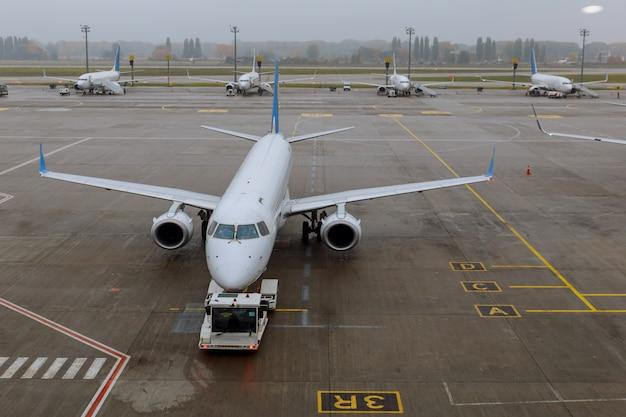O avião no aeroporto no carregamento