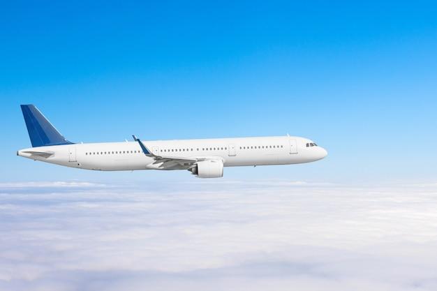 O avião voa acima das nuvens altas no céu.