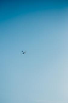 O avião voa no céu azul