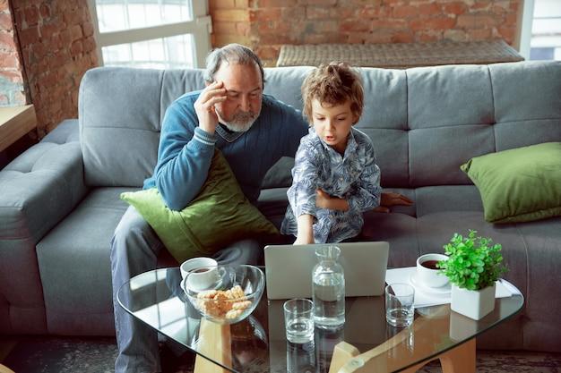 O avô e o neto passam o tempo isolados em casa, dançando, assistindo cinema, fazendo compras juntos