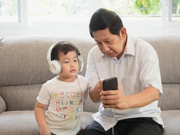 O avô está ensinando o telefone do uso