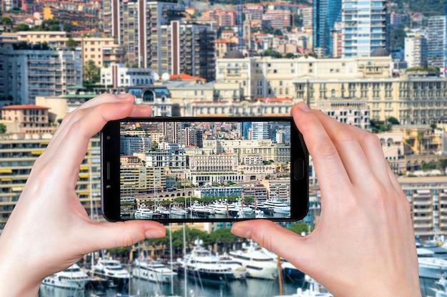 O bairro de mônaco em monte carlo é um vit para apartamentos e iates. turista tira uma foto