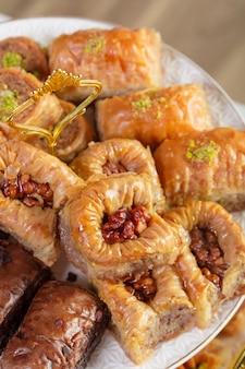 O baklava sortido um doce turco arranjou em uma placa decorativa. fotografia de comida do oriente médio.