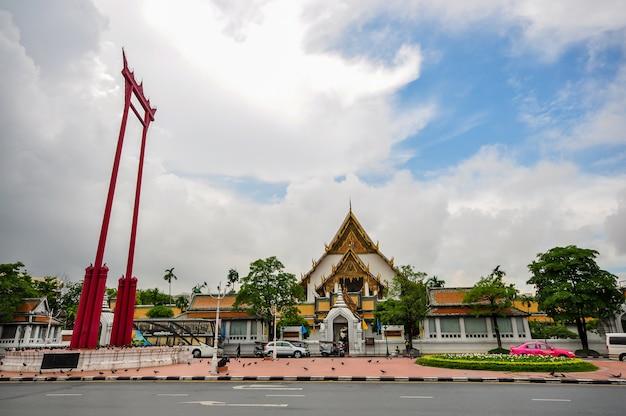O balanço gigante com o templo de buda em bangkok, tailândia