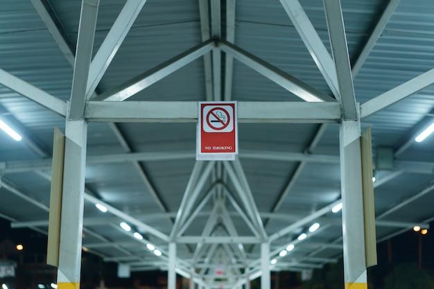 O banner de sinal não fumadores no estacionamento ao ar livre