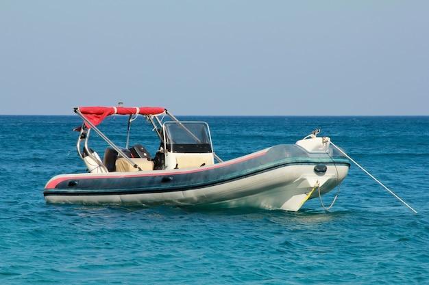O barco a motor está ancorado no mar