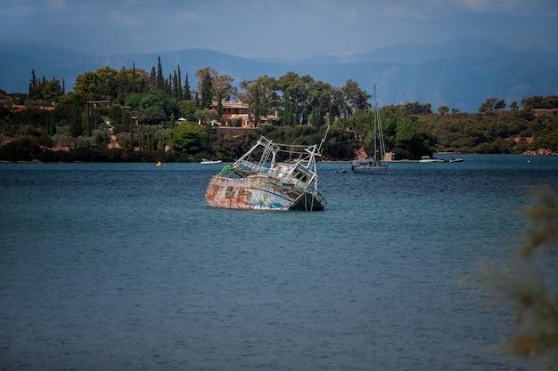 O barco antigo parece sob a água