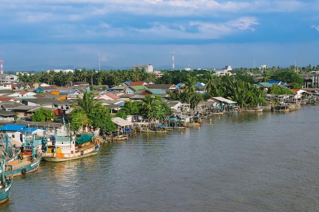O barco de pesca em um beliche em pattani, tailândia.