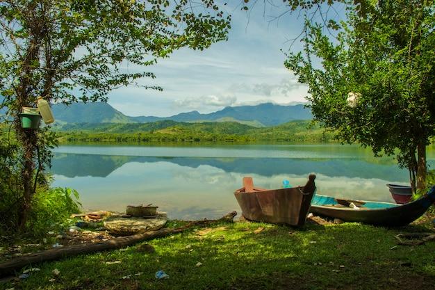 O barco está estacionado na orla do reservatório keuliling aceh indonésia