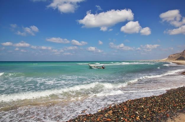 O barco na costa do oceano índico, ilha de socotra, iêmen