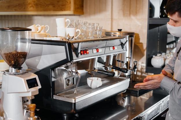 O barista prepara café em um café moderno.