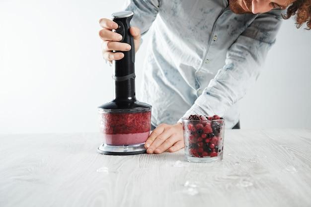 O barman começa a misturar frutas congeladas