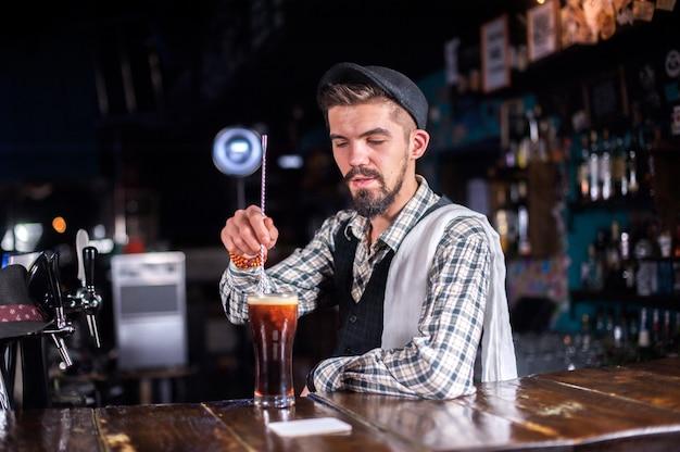 O barman cria um coquetel na cervejaria