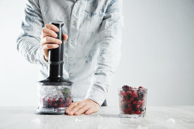 O barman está pronto para misturar frutas congeladas