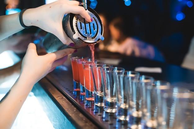 O barman faz bebidas para os convidados