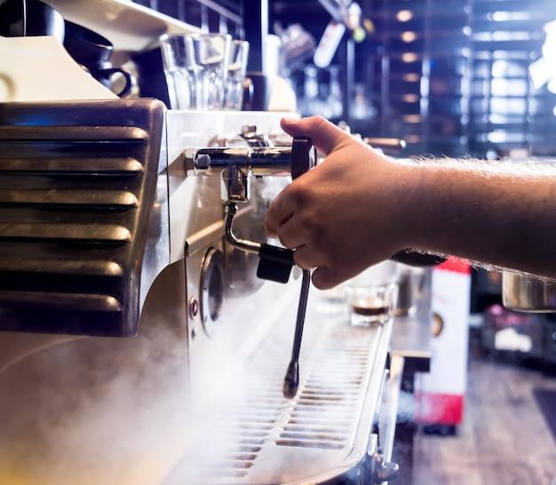 O barman faz o café, cappuccino, cacau, bebe no bar. barista. restaurante.