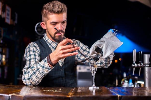 O barman faz um coquetel na casa de banho