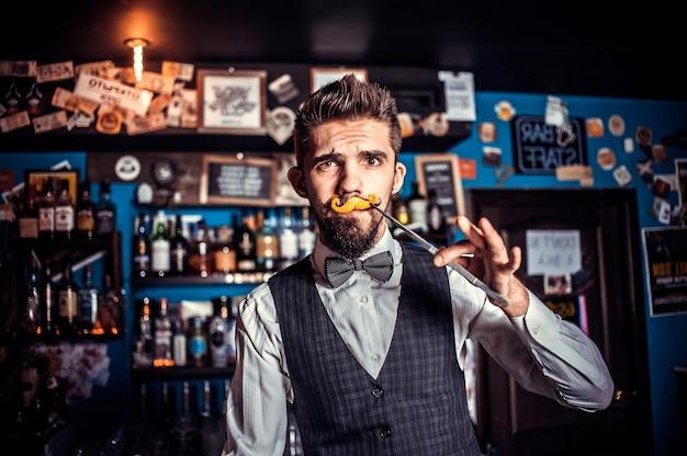 O barman faz um coquetel na portaria