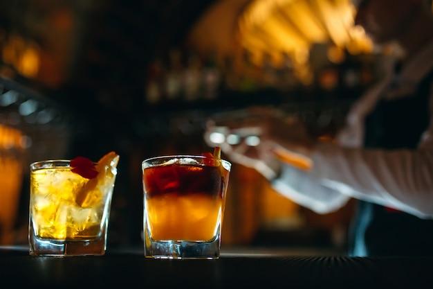 O barman prepara coquetéis no bar