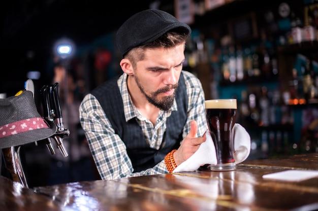 O barman prepara um coquetel atrás do bar