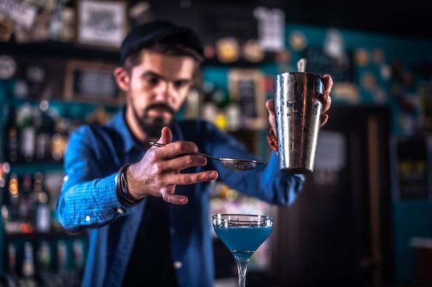 O barman prepara um coquetel no salão