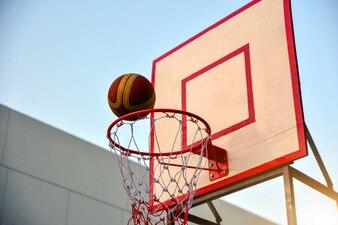 O basquete está prestes a flutuar no basquete.