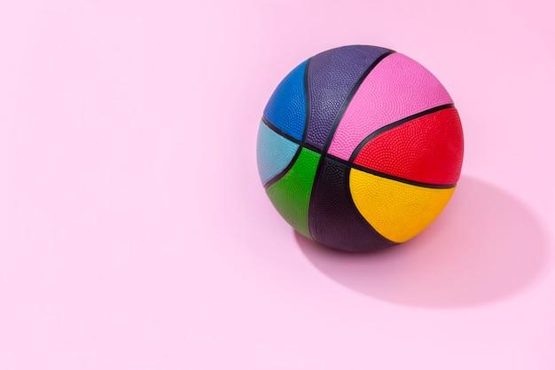 O basquete rosa como um símbolo de esporte e fitness de uma atividade de lazer em equipe jogando com uma bola de couro driblando e passando em torneios de competição