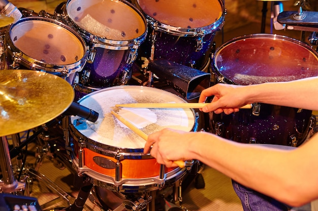 O baterista em ação. uma foto em close-up processa a reprodução de um instrumento musical