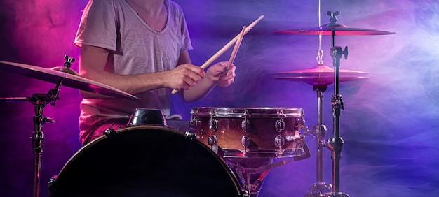 O baterista toca bateria