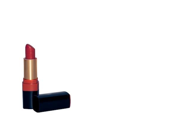 O batom vermelho está isolado no fundo branco com sua tampa preta ao lado da fotografia do produto