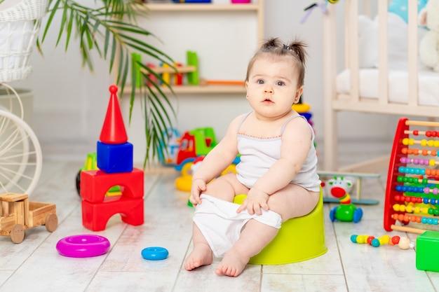 O bebê aprende a andar no penico no berçário de casa