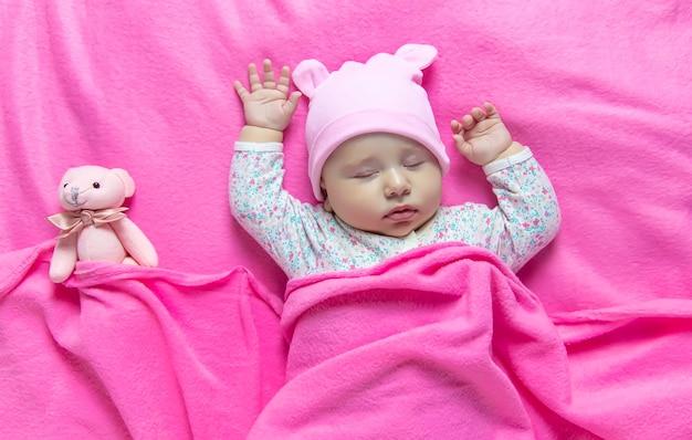 O bebê dorme com um urso. foco seletivo. pessoas.