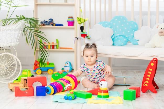 O bebê está brincando em casa no berçário