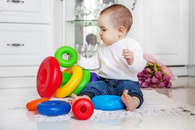 O bebê gosta de brinquedos em casa.