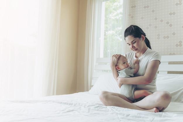 O bebê no abraço da mãe