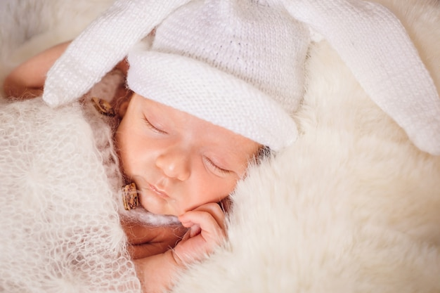O bebê pequeno encontra-se na cama