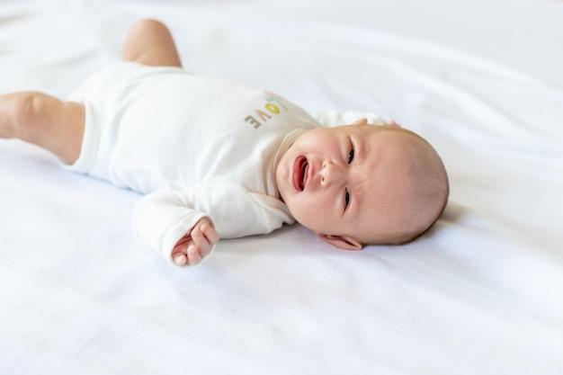O bebê recém-nascido está chorando
