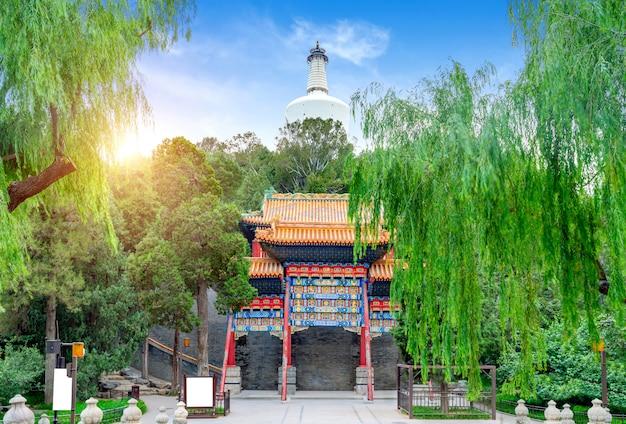 O beijing beihai park é um antigo jardim real chinês e um dos mais antigos, completos e representativos jardins reais da china