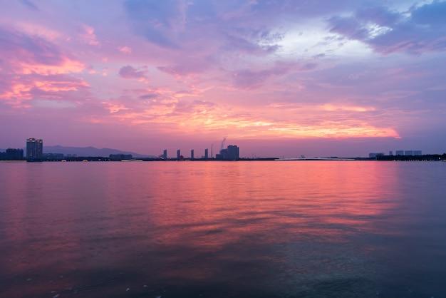 O belo cais do lago e o céu em yixing, china